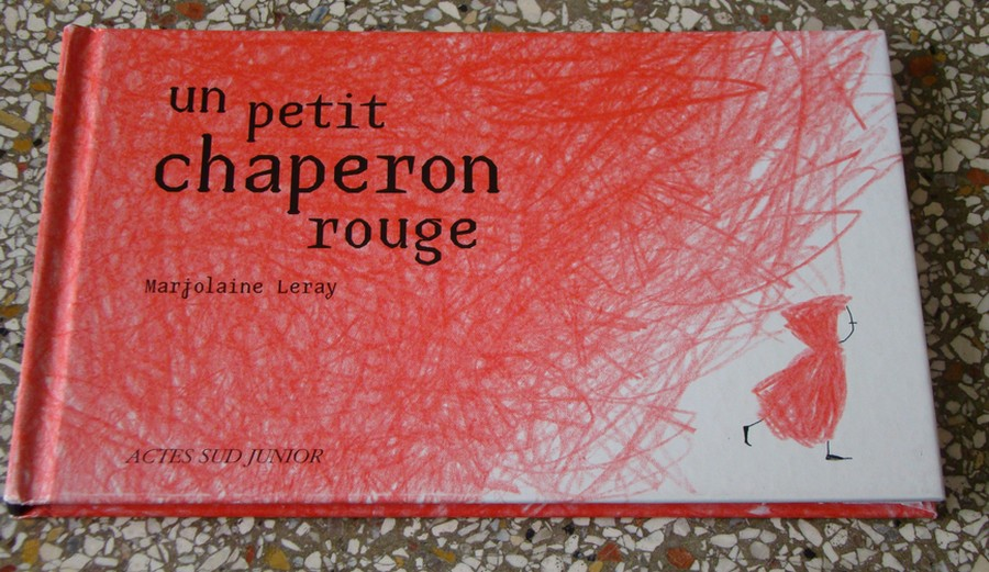 Un petit chaperon rouge - Marjolaine LerayActes sud junior, 2009ISBN : 978-2-7427-8249-9